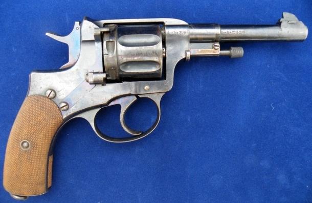 Двое полицейских заподозрены в торговле оружием