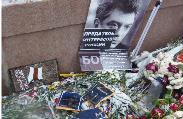 Активисты осквернили мемориал Бориса Немцова на мосту у Кремля