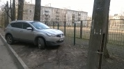 Парковка на газонах в Московском районе у спортивной площадки школы № 519: Фоторепортаж