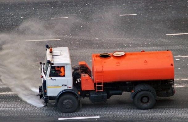 На Пулковском шоссе столкнулись Lexus и поливальная машина
