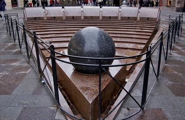 В Петербурге запустили фонтаны, невзирая на непогоду