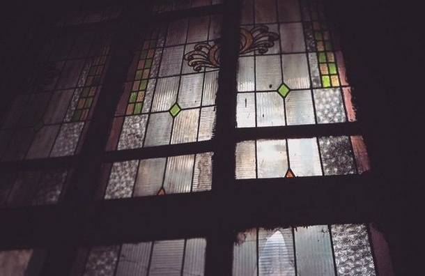 В особняке Изенбека выламывают старинные оконные витражи
