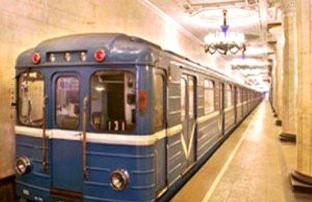 В метро Москвы пассажира, зажатого дверьми, протащило целый переезд