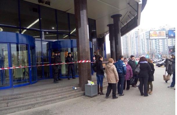Вновь эвакуация: в Петербурге проходит эвакуация пяти торговых центров