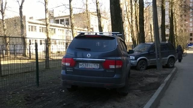 Парковка на газонах в Московском районе у спортивной площадки школы № 519: Фото