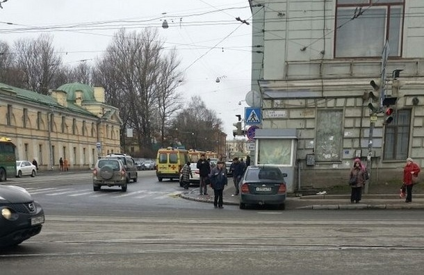 На углу улиц Лебедева и Боткинской Toyota врезалась в толпу пешеходов