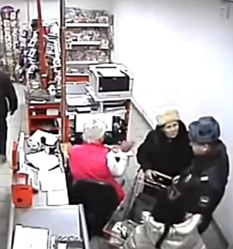 За что? Видеокамера в «Магните» зафиксировала последние минуты жизни блокадницы: ее задержали в 16:19, в 16:50 она умерла. Фото: скриншот с видео 100 ТВ.