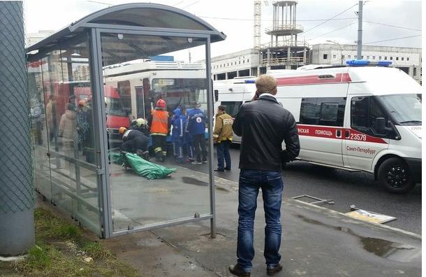 На Ветеранов микроавтобус въехал в остановку: двое погибли
