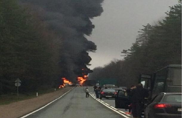 Страшная авария под Петербургом: загоревшаяся фура столкнулась со встречными автомобилями