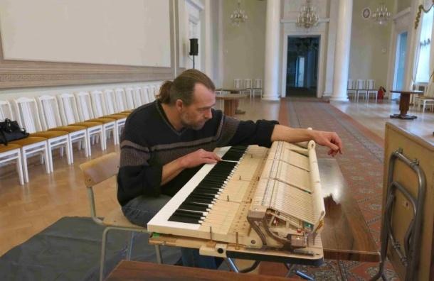 Главный техник немецкой фабрики «Гротриан-Штейнвег» бесплатно обновил рояль Аничкова дворца