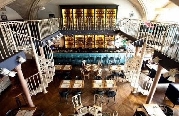 Приставы забрали три барных стойки, посуду и рояль в счет долга владельцев ресторана «22.13»