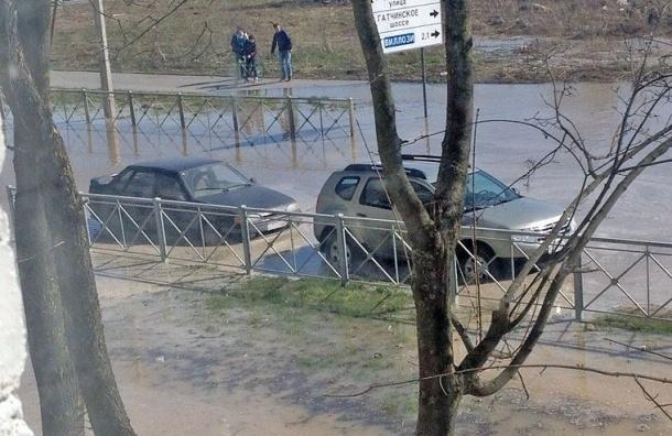 Из-за крупного прорыва трубы затопило перекресток Красногородской улицы и Гатчинского шоссе