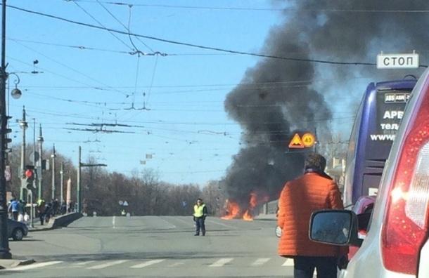 Из-за пожара на Каменноостровском мосту перекрыто движение