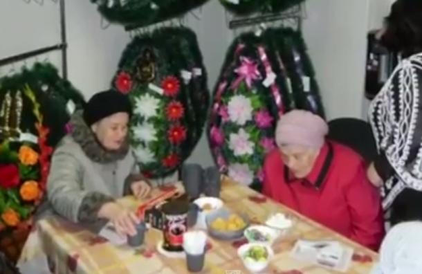 В Екатеринбурге ветераны побывали на экскурсии в похоронном бюро
