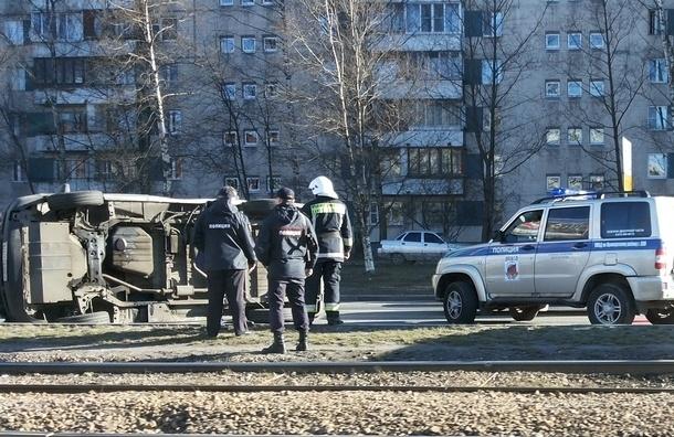 На проспекте Испытателей перевернули инкассаторский автомобиль банка «Открытие»