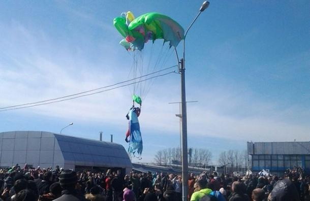 Во время шоу «Русских витязей» парашютист приземлился на фонарь