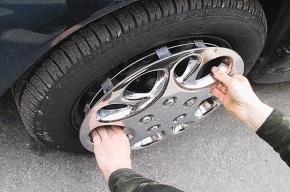 Похититель колес, уходя от погони, задел две машины