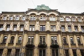 Коммунальные службы моют фасады домов