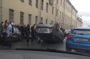 На Васильевском острове в аварии перевернулись два автомобиля