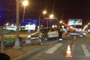 На площади Конституции Merсedes сбил светофор