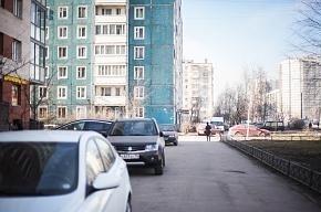 Машины на тротуарах и газонах – новая беда Петербурга