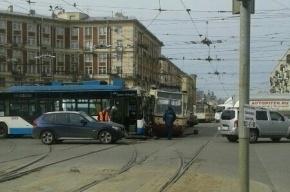 В Петербурге на Заневском проспекте троллейбус снес трамвай с рельсов