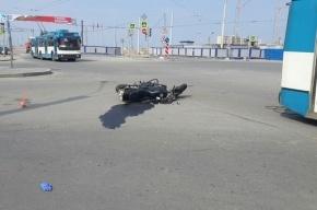 В Петербурге троллейбус сбил мотоциклиста