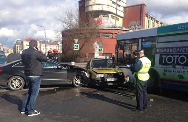 Две легковушки и автобус столкнулись на Петроградской стороне