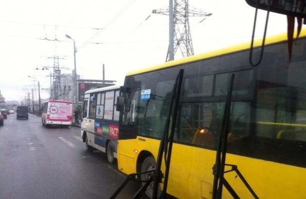 На проспекте Испытателей столкнулись два автобуса