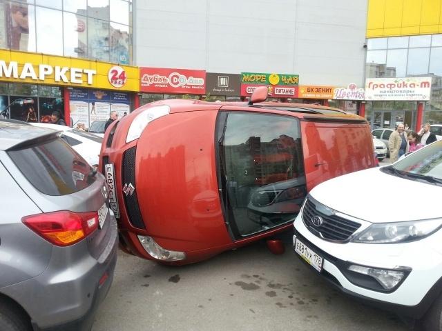 Встала боком на парковке : Фото