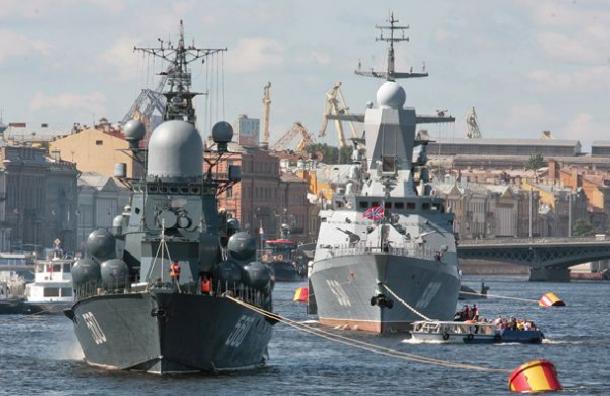 День Победы в Санкт-Петербурге начался с парада кораблей Балтфлота
