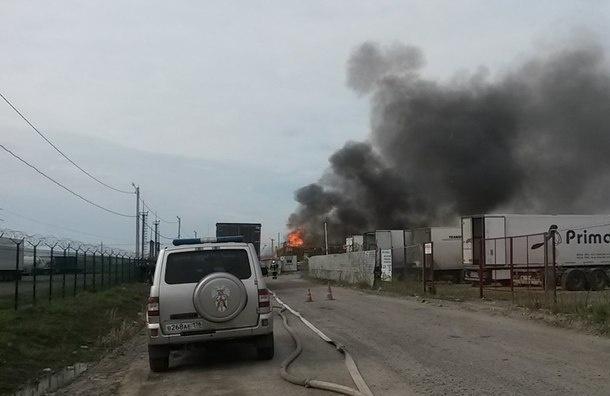 На Московском шоссе горят поддоны на площади 500 кв. метров