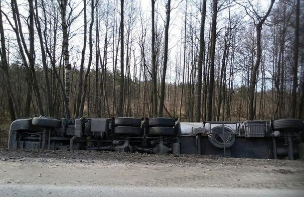 На трассе Кола бензовоз улетел в кювет: водитель погиб