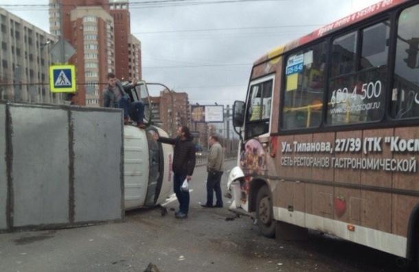 На площади Конституции столкнулись автобус и «ГАЗель»