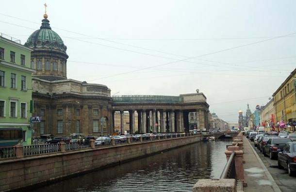 Воды канала Грибоедова затянуло нефтяной пленкой