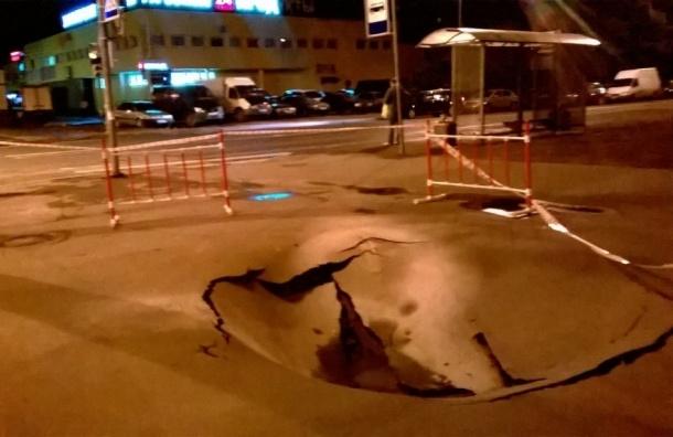 На перекрестке улицы Крыленко и Искровского проспекта провалился асфальт