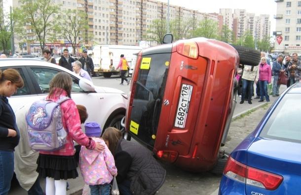 В Петербурге местная жительница пыталась встать на парковке боком