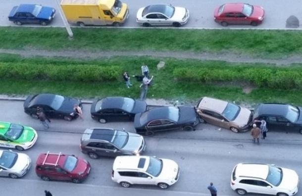 На Туристской улице пьяного водителя-дебошира побили из-за ДТП