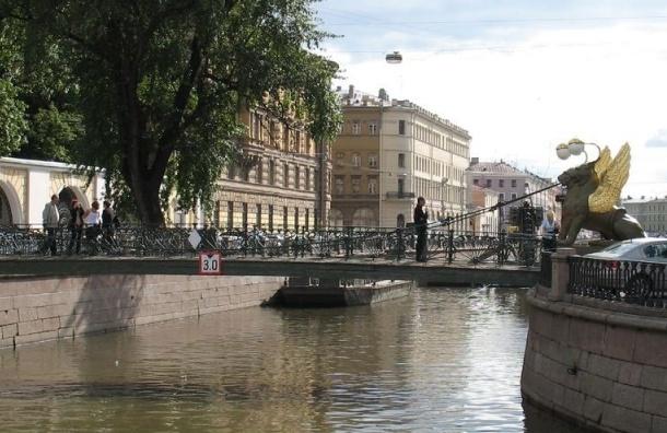 На воде канала Грибоедова после ремонта катеров образовалось масляное пятно