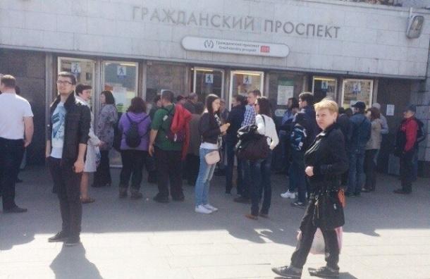 На станции метро «Гражданский проспект» под поезд прыгнул мужчина