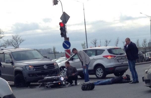 На Малоохтинском проспекте столкнулись автомобиль и мотоцикл