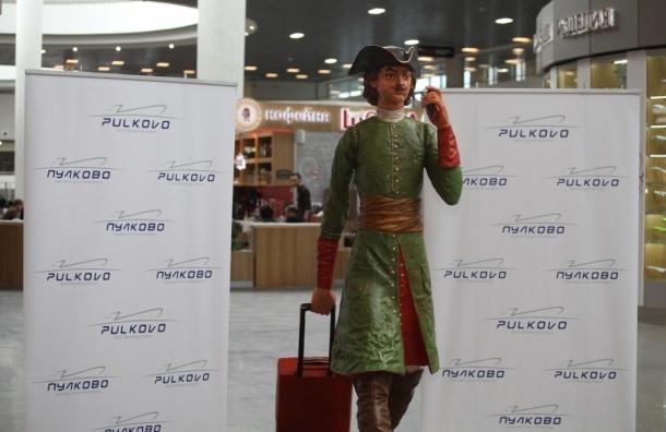 В аэропорту «Пулково» появился памятник Петру I с чемоданом и смартфоном