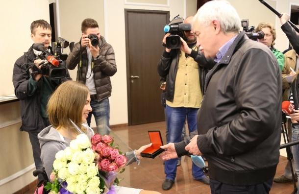Георгий Полтавченко вручил Марии Комиссаровой ключи от квартиры в Петербурге