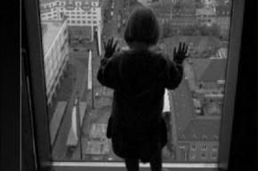 Ребенок выпрыгнул из окна второго этажа из-за подозрительного звонка в домофон