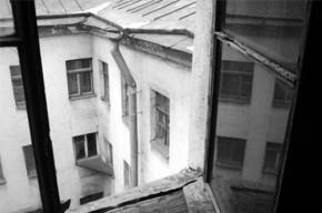 В Петродворце местная жительница погибла, упав с высоты