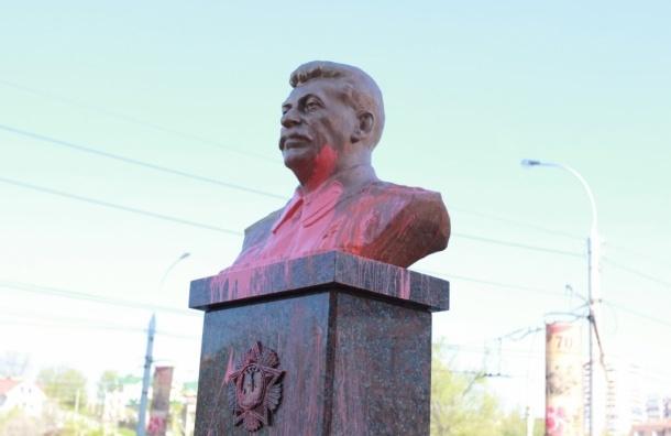 Жительница Липецка облила недавно установленный бюст Сталина розовой краской