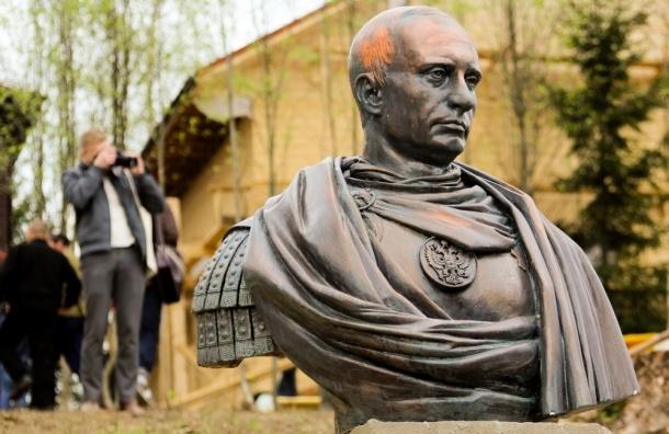 Петербургские казаки установили памятник Владимиру Путину в образе римского императора