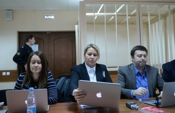 Евгения Васильева слушает приговор по делу «Оборонсервиса» сидя