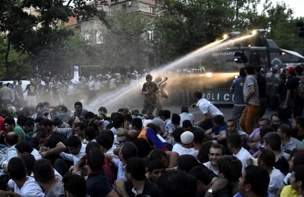 В Ереване демонстрацию протеста полиция разогнала водометами