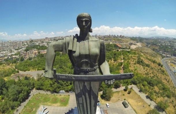 В Гюмри у монумента «Мать Армения» зарезали российского солдата